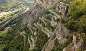 een slingerende weg over le Col de Chaussy